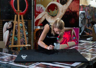 Maud Lallemand en démonstration de peinture au bloody week-end à audicourt.