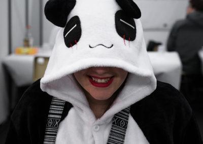Costume de panda sur le stand midway's network