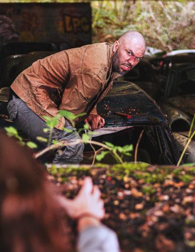 Photographie de Irvin et Janeuh les survivants dans l'univers de the last of us, (Irvin s'est coincé la jambe dans une voiture et dit à Janeuh de fuir la menace) par l'ours graphiste