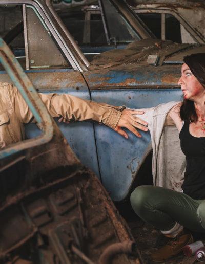 Photographie de Irvin et Janeuh les survivants dans l'univers de the last of us, (Irvin et Janeuh entendent un bruit et se cachent) par l'ours graphiste