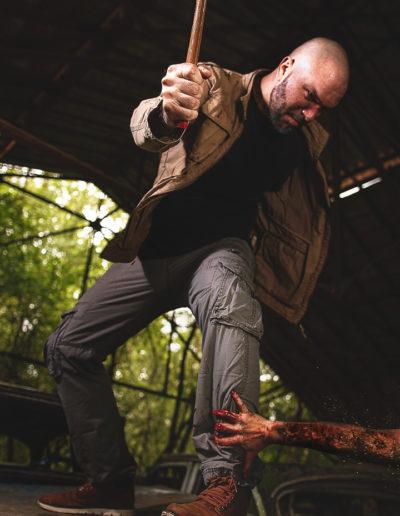 Photographie de Irvin le survivant dans l'univers de the last of us par le rat graphiste (Irvin affronte une menace)